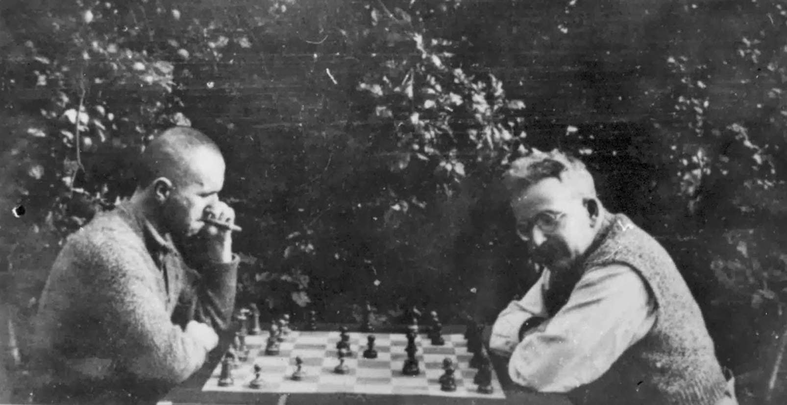 Checkmate for a broken republic: on Benjamin and Brecht